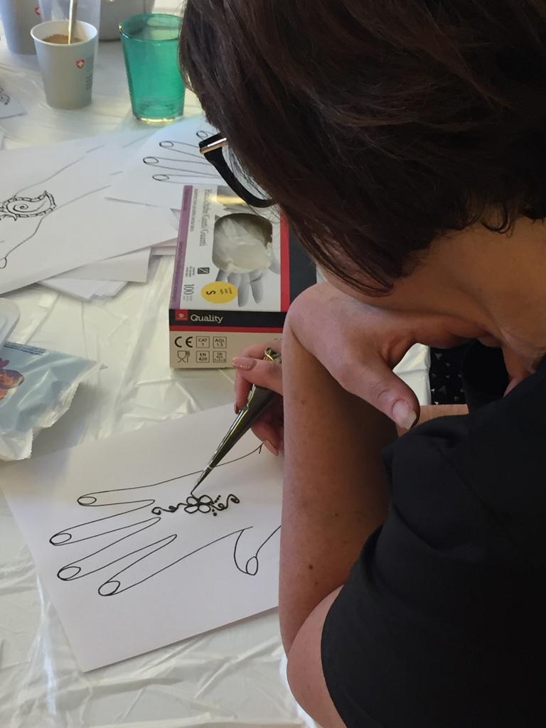 Cours pour apprendre à faire ses tatouages temporaires au henné